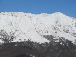 spodaj levo bela pika Sv. Marjeta zgorja desno vrh Stola