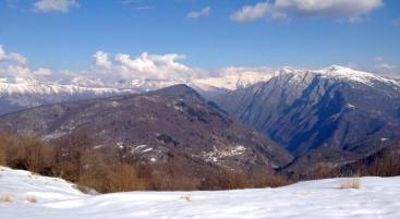 Pogled iz Monte Joanaz (Ivanac) (1167 m) na vasico MontefoscaČrni vrh in Matajur ter Krn.