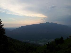 Pri Italijanski vojaški kapelici na Planici (1220 m). Pogled proti Matajurju (1642 m). 11.06.2014