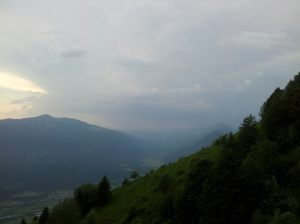 Pri Italijanski vojaški kapelici na Planici (1220 m). Pogled v dolino. 11.06.2014